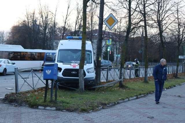 В Великом Новгороде столкнулись автофургон и скорая