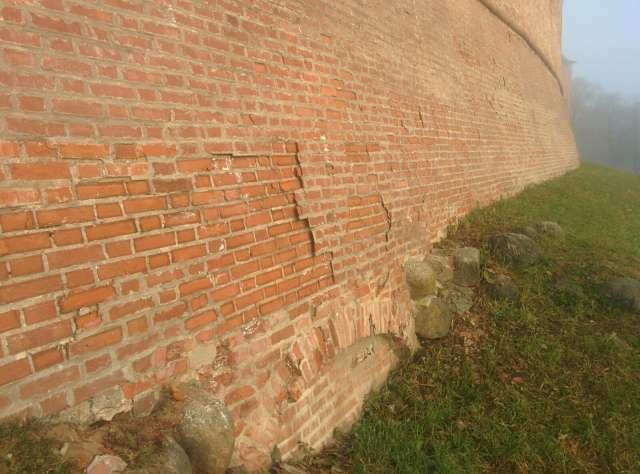 Гидроизоляция боевого хода кремля позволит решить проблему намокания стен и деструкции кирпичной кладки.