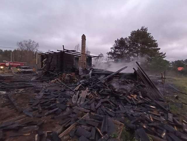 На пепелище пожара в Окуловском районе обнаружен второй погибший