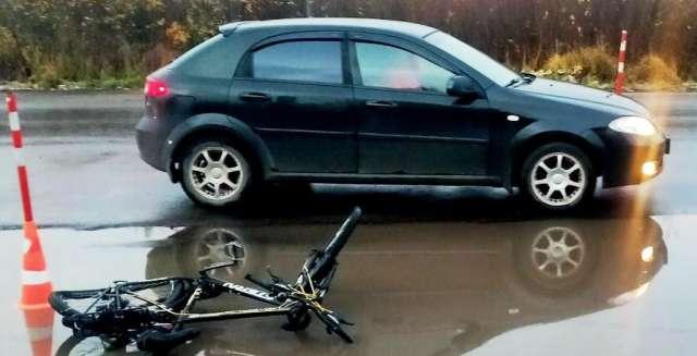 В Великом Новгороде автомобиль сбил велосипедиста