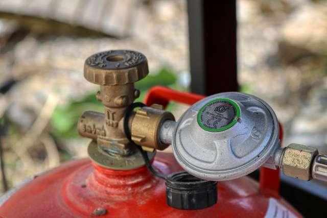 Кладовщица батецкого газового участка деньги от продажи баллонов с газом оставляла себе