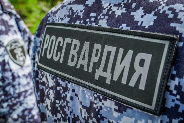 Охранник комбината стройматериалов пытался украсть металлические изделия, но был задержан сотрудниками Росгвардии.